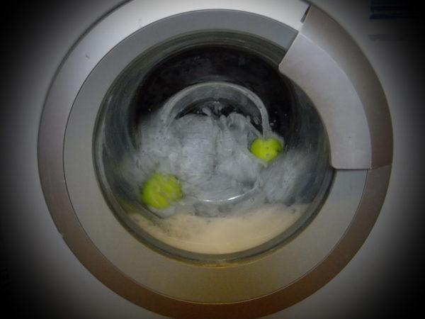 А вот так лучше не рисковать – шарики перед стиркой лучше отбелить