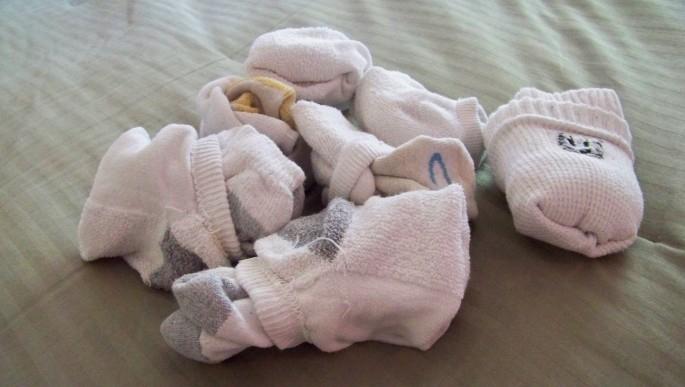 Не сильно грязные носки можно стирать и так