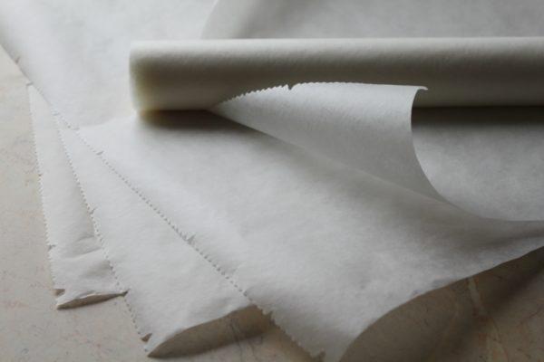 Рекомендуется застилать противень пергаментом перед готовкой