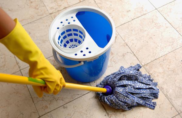 Вымыть пол обычным способом