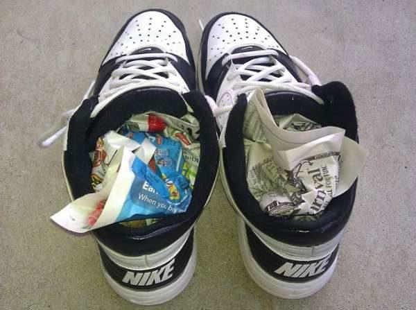 Хорошенько набейте мокрую обувь изнутри газетой