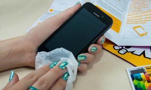 Расскажем, как правильно чистить телефон