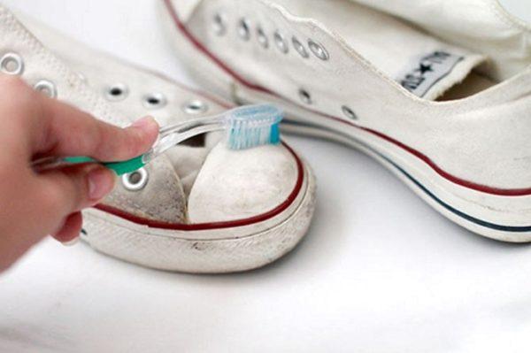 Старая зубная щетка – неплохая альтернатива машинной стирке