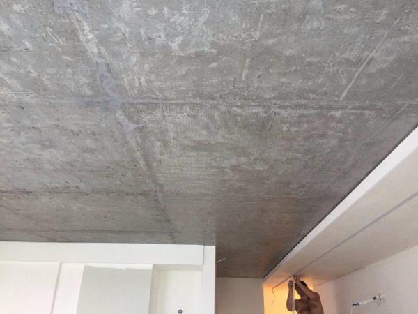 Потолок, очищенный от побелки