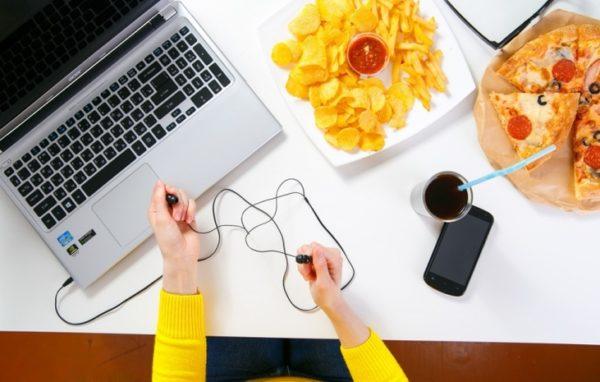 Привычка кушать и пить за столом опасна для вашей электроники