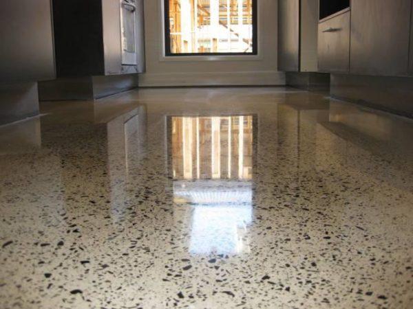 За бетонным полом нужен уход