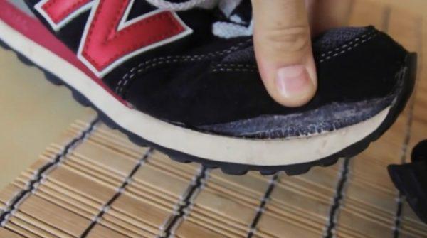 Чтобы не было таких проблем, помещайте в барабан только неповрежденную обувь