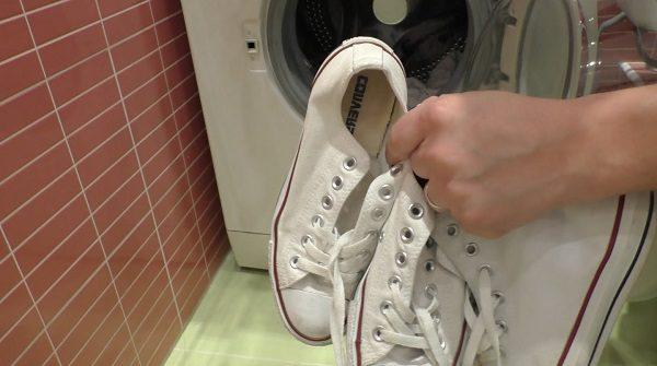 Если стираете белую обувь, можно добавить кислородный отбеливатель