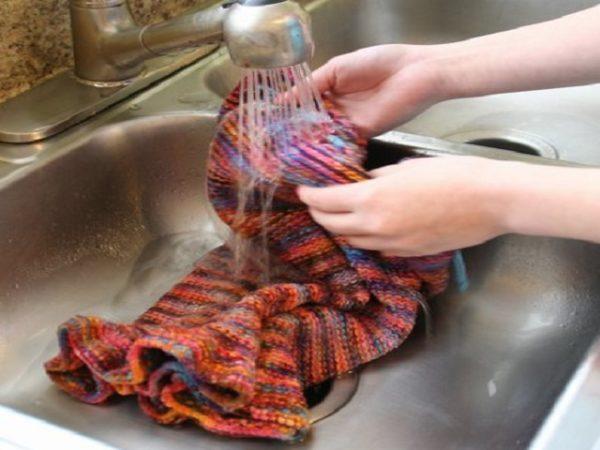 Изделие ручной вязки стирается только вручную