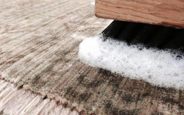 Можно обойтись и влажной чисткой на полу