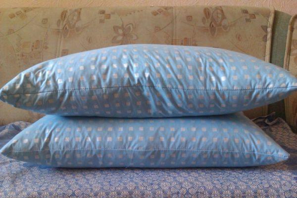 Одевайте две наволочки, чтобы подушка подольше была свежей