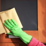 Чем мыть межкомнатные двери от грязи и как покрыть их лаком
