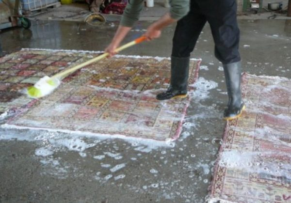 Удобно чистить ковры во дворе