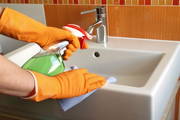 Чистить и мыть керамическую раковину важно внимательно и регулярно