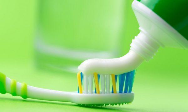 Можно использовать зубную пасту