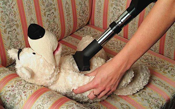 Пылесосом тоже можно вычистить игрушку