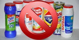 Абразивные средства и жесткие щетки также могут повредить защитный слой сковороды
