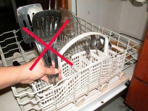 Алюминиевые сковородки не стоит мыть в посудомоечных машинах.