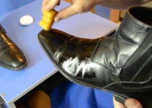 Как избавиться от белого налета на обуви
