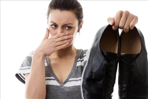 Ужасно пахнет мужской туфель