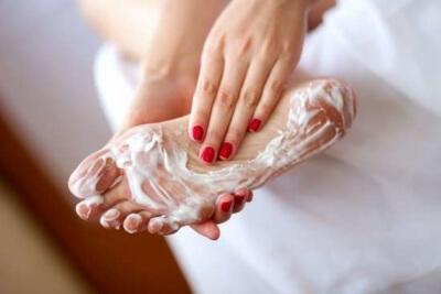 Как убрать запах из обуви: народные и аптечные средства, пошаговые инструкции и советы