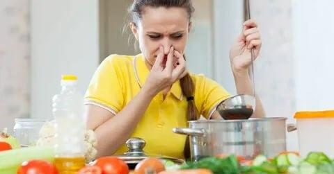 еда плохо пахнет